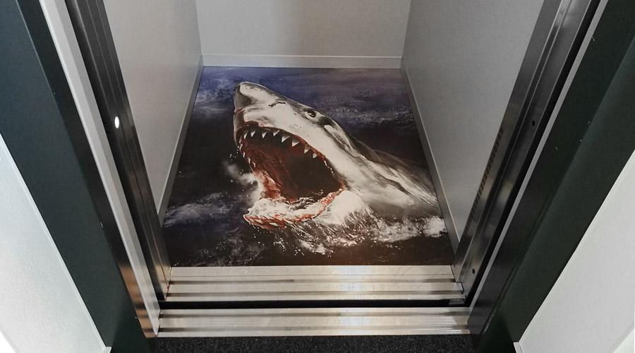 Fußbodenbeklebung - Betreten auf eigene Gefahr
