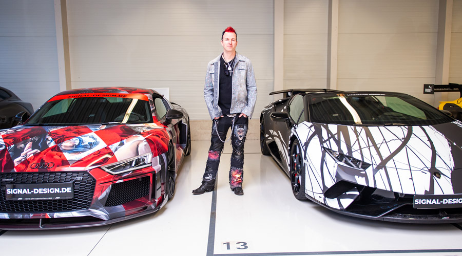 Künstler Timo Wuerz zwischen seinen Kunstwerken: ABT R8 Art Car vs. Lamborghini Huracan Performante Spyder