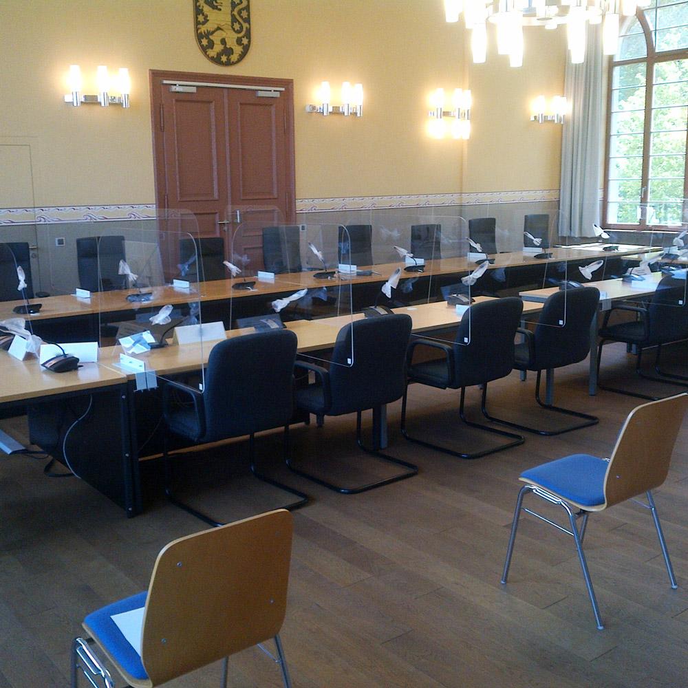 Sitzungssaal im Gericht mit Corona Schutzwände